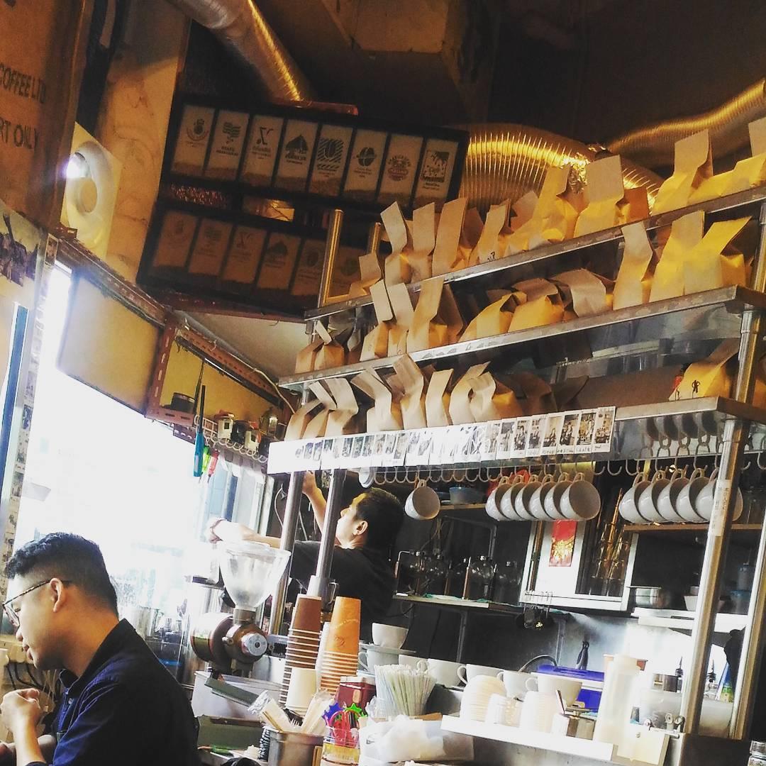 架上存放三十多種世界各地不同咖啡