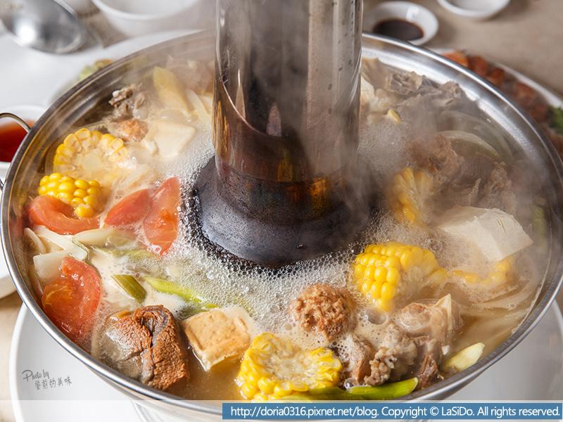13_底下就是用古早的碳慢慢的加溫使火鍋維持熱度的